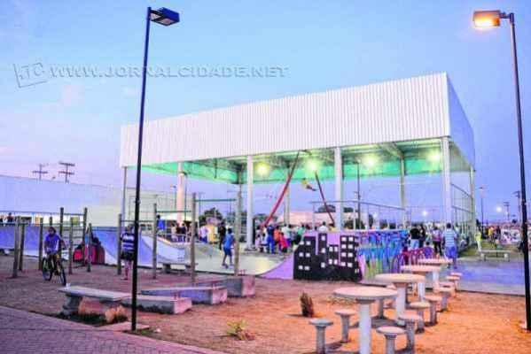 As duas quadras de esportes do CEU estão sempre ocupadas para a prática de futebol de salão e vôlei, além da pista de skate