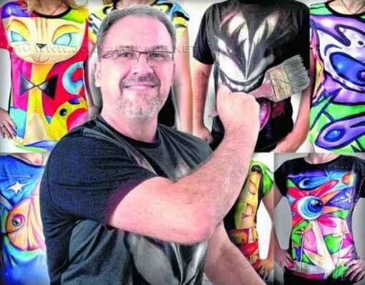 O artista rio-clarense posa ao lado de suas novas 'obras': coleção está disponível em site