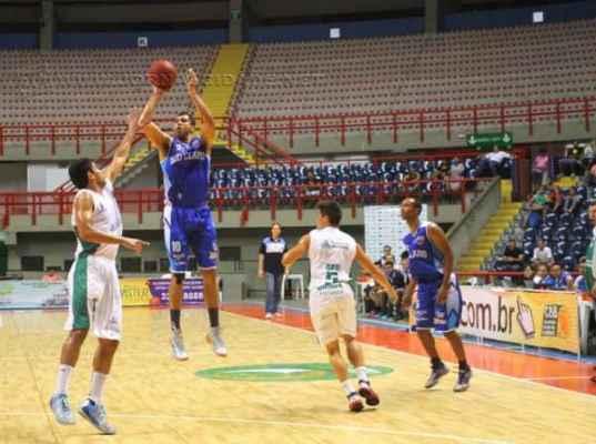 Em partida equilibrada, Basquete Cearense tem melhor desempenho no final do jogo (Foto: Tatiana Fortes/O Povo)