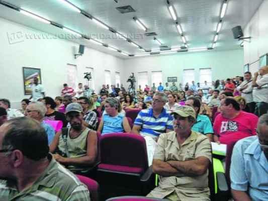 Servidores lotaram a penúltima sessão ordinária do ano no auditório da Associação Comercial e Industrial de Rio Claro