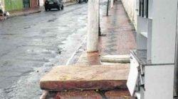 Em uma das laterais do Cemitério Municipal, a reportagem flagrou móveis ao longo da calçada em quatro pontos distintos