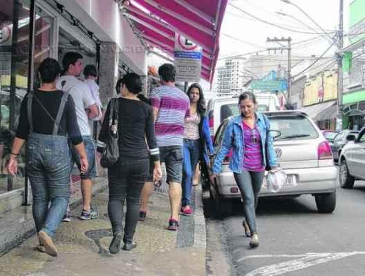 Os consumidores disputaram espaço em calçada da Rua 3, na área central, que recebeu grande fluxo de pessoas na quarta-feira, véspera de Natal