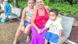 Benedita Aparecida dos Santos e os netos no Jardim Público de Rio Claro