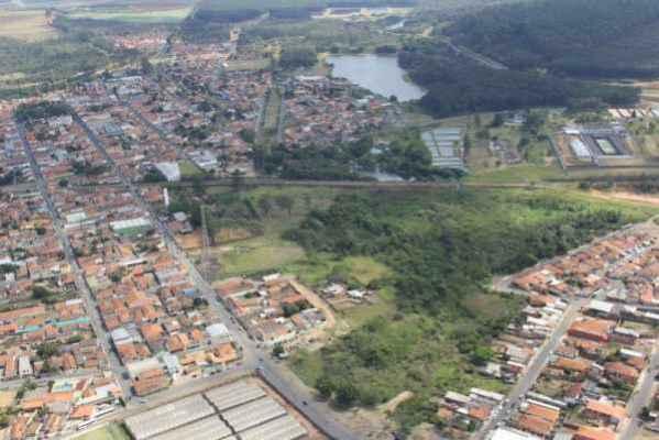 A foto aérea indica as áreas por onde deverá passar a avenida dupla, ligando a Vila Cianelli à Vila Monte Alegre