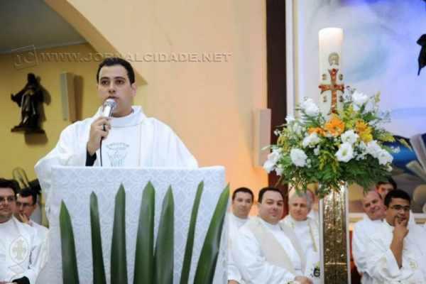 O pároco Walterlei recebeu título de Cidadão Itirapinense (Foto: Facebook)