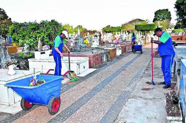 Equipe faz limpeza em vias do cemitério