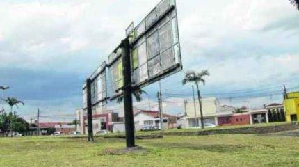 De acordo com a Prefeitura, as placas nas imediações do Estádio Municipal são de competência da Secretaria de Esportes