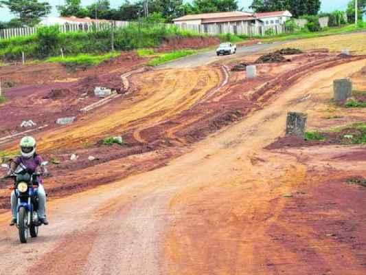 VAI LEVAR MAIS QUANTO TEMPO? - obras de pavimentação começaram em 2012 e ainda não foram concluídas. Prefeitura nega morosidade no trabalho
