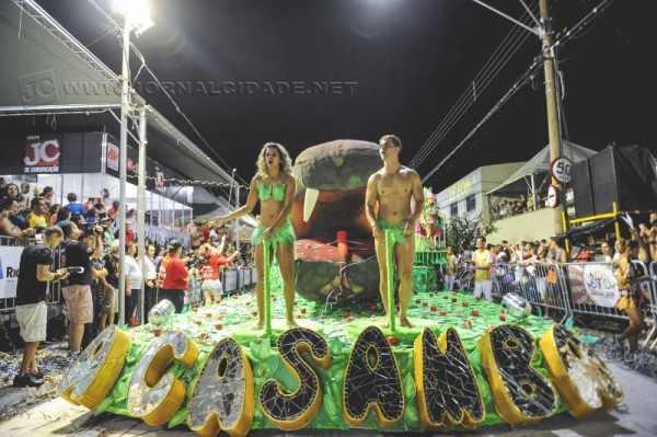 Desfile da escola de samba A Casamba, na Rua 3-A, entre as Avenidas 50-A e 80-A, no Carnaval de 2014
