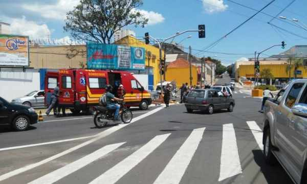 Ambulância socorreu vítima, que foi levada ao Pronto-Socorro para atendimento