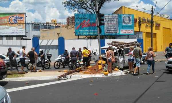 Curiosos observam resgate de motorista; acidente aconteceu por volta das 14h30