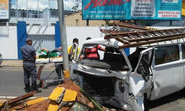Veículo ficou bastante danificado com o impacto