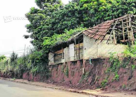 A propriedade está em nível acima ao da rua, margeada por um paredão de terra, que ameaça cair a qualquer momento, segundo reclamações
