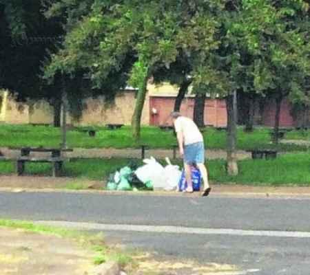 Equipe de Educação Ambiental da empresa verificou munícipes despejando sacos de lixo em locais indevidos para coleta