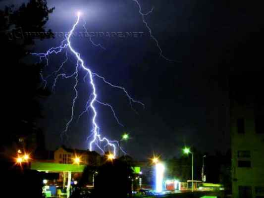 DESCARGAS ELÉTRICAS: em caso de temporais acompanhados por raios e ventos, procure abrigo em um local seguro (Foto ilustrativa)