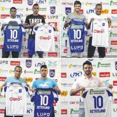 Carlinhos, Luiz Eduardo, Nenê Bonilha, Patrik, Macena, Dennis Murillo e Jeferson Paulista com as novas camisas do Azulão