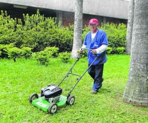 Vanderlei Sangali, 66 anos, há 22 é jardineiro no Sesi em Rio Claro e combate o calor excessivo com água e protetor solar