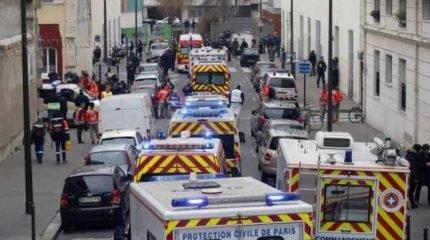 Autoridades parisienses fazem buscas pelos suspeitos (Foto: François Mori/API)