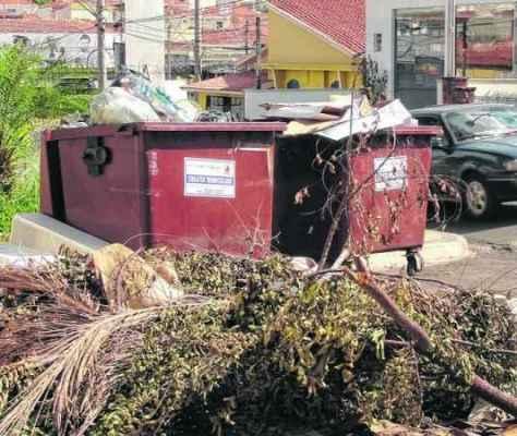 O lixo, que antes estava espalhado pelo chão do local, foi amontoado em dois contêineres nessa quinta-feira, dia 15 de janeiro