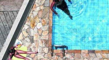 Na praia ou piscina, o ideal é molhar pulsos, pés e rosto antes de mergulhar na água (Rafael Neddermeyer/ Fotos Públicas)