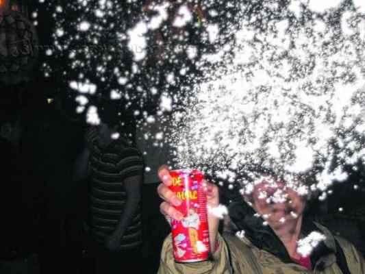 Espuma e serpentina em spray usadas no carnaval podem causar lesões nos olhos como a conjuntivite, a ceratite e a alergia