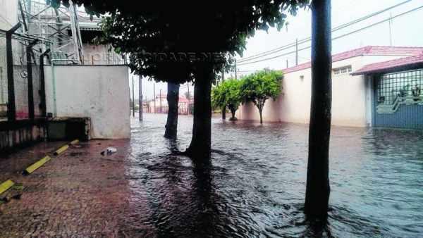 INUNDAÇÕES: chuva que atingiu Rio Claro nesta terça-feira, dia 10 de fevereiro, provocou alagamentos em diversos pontos (Foto: Defesa Civil)