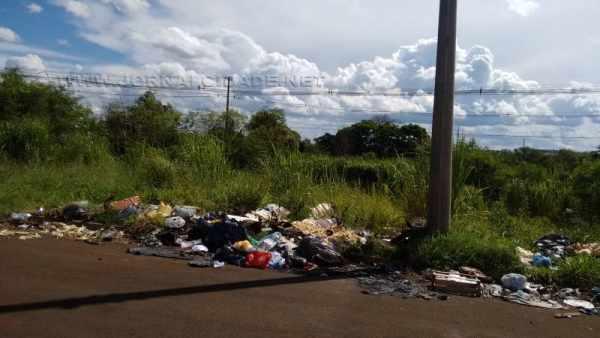 Lixo no entorno do bairro Jardim Parque Jequitibás, em Santa Gertrudes