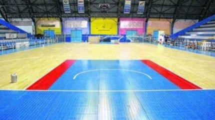 O novo piso do ginásio Felipão já foi instalado e agora está na fase de pintura e acabamento, com previsão de uso na quarta