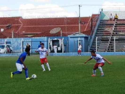 Igualdade no marcador evidenciou o jogo fraco tecnicamente, apesar de duas bolas no travessão em chances velista (Foto: José Eduardo/A Comarca)