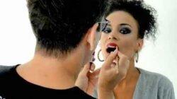 Jerdes Andrade finaliza maquiagem especial de Carnaval em modelo