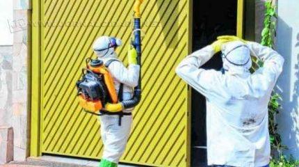 Funcionários da prefeitura fazem nebulização em uma residência. A equipe estará no bairro Santa Elisa nesta quinta-feira (26)