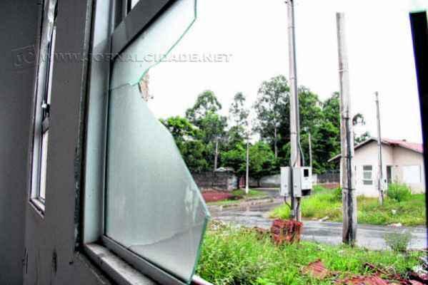 Vidraças quebradas, descarte de lixo e mato alto revelam a situação do conjunto habitacional situado no Jardim Boa Vista II