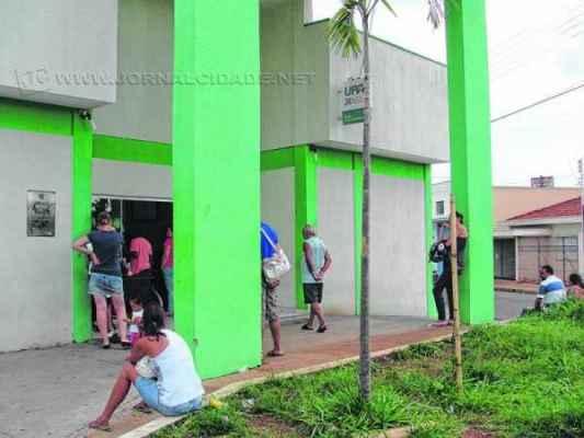 Pacientes reclamam do tempo de espera para atendimento na UPA. Procura nas unidades aumentou com casos de dengue