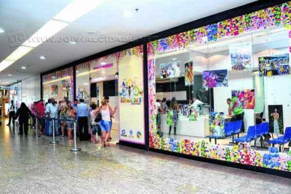 A venda de ingressos para as arquibancadas, camarotes e frisas para acompanhar os desfiles das escolas de samba acontece no Shopping Center Rio Claro
