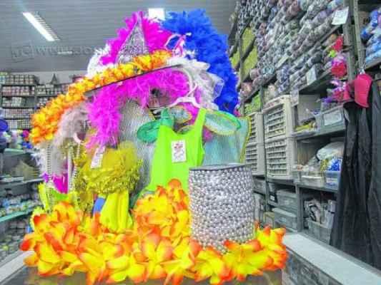 CARNAVAL: vendas de adereços aumentam cerca de 20% nas lojas do município. Aí é só se divertir com responsabilidade