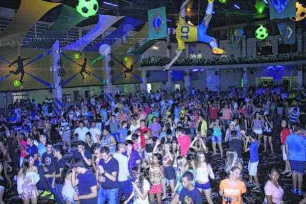 Além da programação promovida pela prefeitura, os clubes também são opção de divertimento nos dias do Reinado de Momo