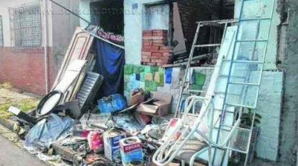 Lixo acumulado em frente a uma casa na Vila Martins. Foto foi enviada por leitor pelo WhatsApp da Redação (9.9942-4100)