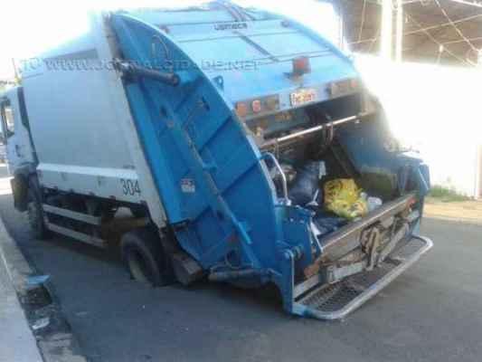 Asfalto cede no Jardim Claret e caminhão cai em buraco