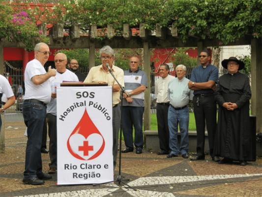 Público durante ato em protesto contra a falta de um hospital público em Rio Claro, realizado na Igreja Matriz em dezembro