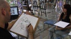 Quem fizer suas compras no domingo ainda pode levar para casa uma caricatura assinada pelos artistas Evandro e Fabrício (Foto: Gigio Bastos)