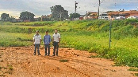 Vereador Levy Xavier, deputado Sebastião Santos e o vereador Glalson Chamon no terreno no bairro Indaiá, onde será construída a pista de skate