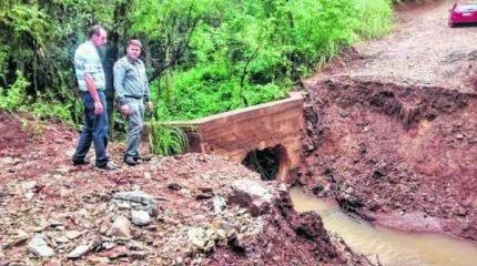 Após aguardar solução da prefeitura, moradores gastaram R$1.800,00 para melhorar a estrada rural e refazer ponte do 'Sartori', mas que já está danificada