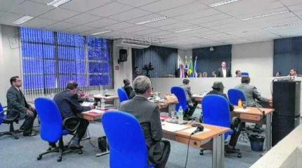 Na sessão ordinária, cópias de holerites de servidores do Daae foram exibidos pelo vereador trabalhista