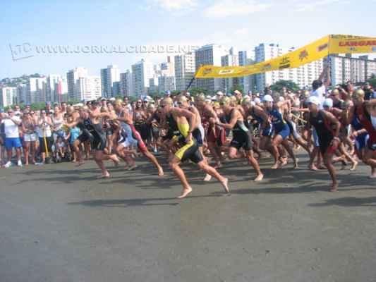 Competidores devem disputar 1,5 km de natação, 40 km de ciclismo e 10 km de corrida