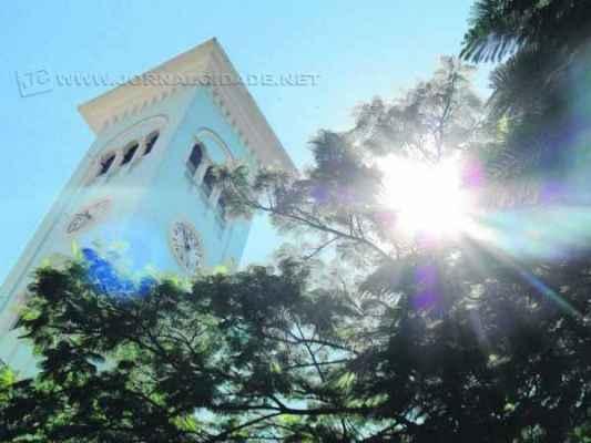A imponente torre da Santa Cruz tem cerca de 300 degraus. Além do sino principal que marca as horas, há outros dois que são acionados durante encontros litúrgicos