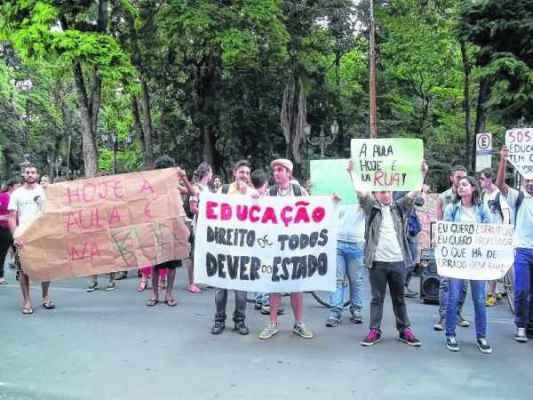 Alunos, professores e populares fizeram ato público em prol da educação nessa quinta-feira