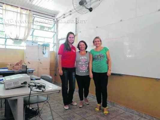 As professoras Kátia Duarte e Silvia Ana Rossini recepcionaram a jornalista do Grupo JC, Vivian Guilherme