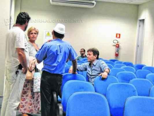 Diretores do sindicato dos servidores municipais durante conversa com a vereadora Maria do Carmo Guilherme (PMDB)