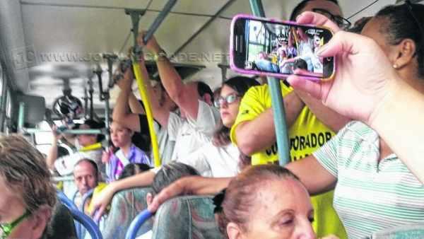 Passageiros lotam ônibus intermunicipal da linha Rio Claro-Piracicaba. Foto tirada por leitor na manhã dessa segunda-feira