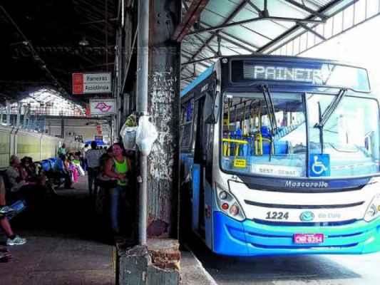 Ônibus que faz a linha Jardim das Paineiras estacionado no terminal urbano na antiga estação ferroviária na Rua 1